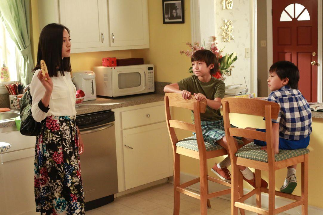 Jessica (Constance Wu, l.) und Louis werden während eines Termins in der Schule getadelt, da sie sich an keiner außerschulischen Aktivität ihrer Söh... - Bildquelle: 2015 American Broadcasting Companies. All rights reserved.