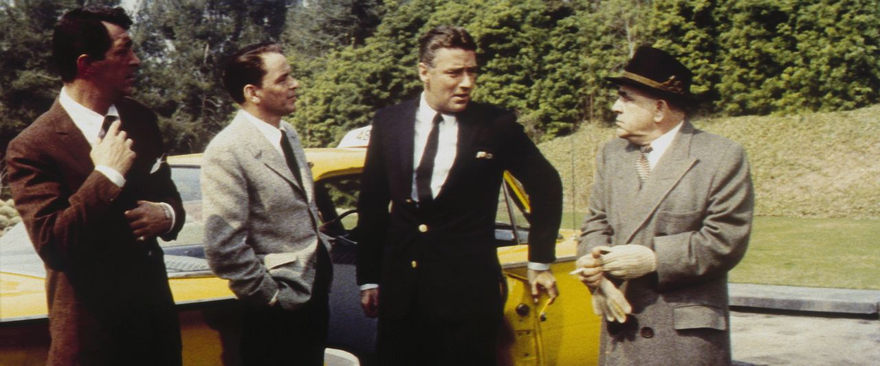 Sam Harmon (Dean Martin, l.), Frankie Ocean (Frank Sinatra, 2.v.l.), Jimmy Foster (Peter Lawford, 2.v.r.) und Spyros Acebos (Akim Tamiroff, r.) tref... - Bildquelle: Warner Bros.