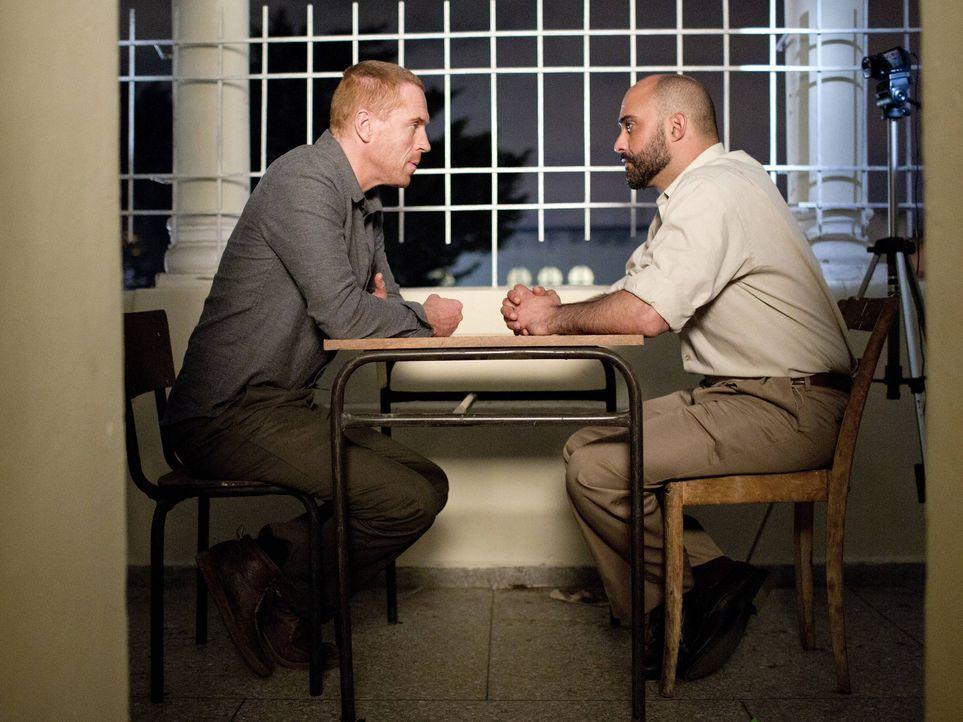 Brody (Damian Lewis, l.) wird von IRGC Interrogator (Eyas Younis, r.) über die Zeit nach dem Anschlag und seiner Odyssee im Iran ausgefragt, doch Br... - Bildquelle: 2013 Twentieth Century Fox Film Corporation. All rights reserved.