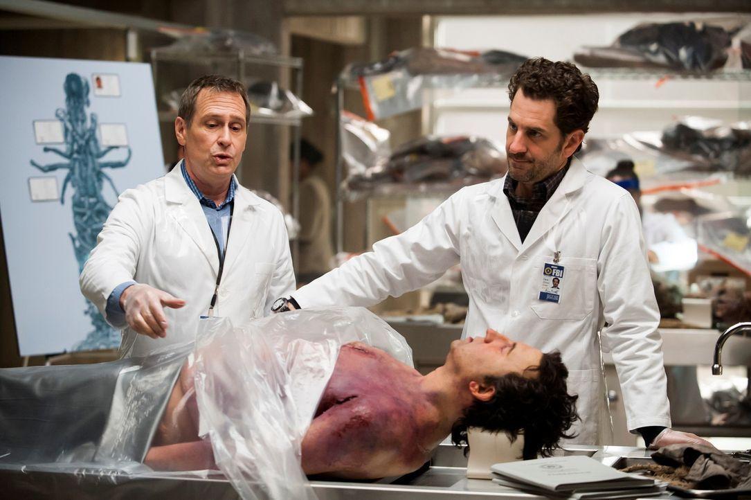 Die Leiche von Joel Summers (Jason Blicker, liegend) ist eine von 17, die zu einer grausamen Skulptur geformt wurden. Brian Zeller (Aaron Abrams, r.... - Bildquelle: Brooke Palmer 2013 NBCUniversal Media, LLC