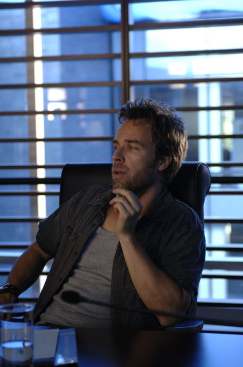 Lance (JR Bourne) und sein Team können das erste Experiment als Erfolg verbuchen. Doch wenig später entdecken die Experten, dass jemand in ihr Compu... - Bildquelle: BBC