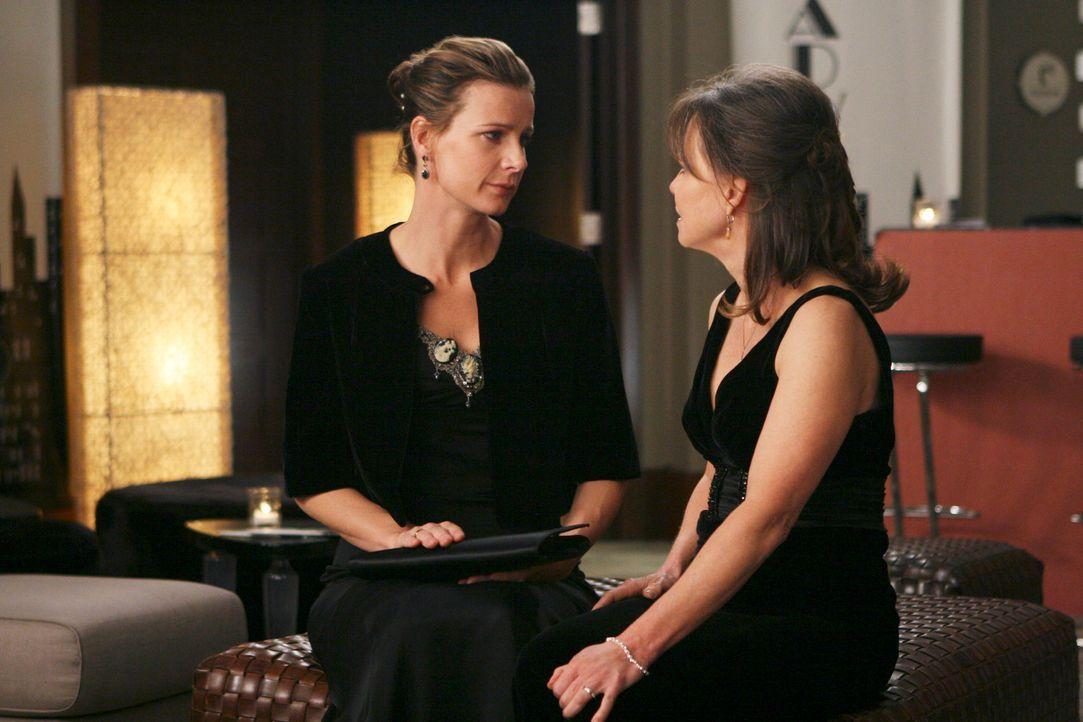 Sprechen sich aus: Nora (Sally Field, r.) und Sarah (Rachel Griffiths, l.) ... - Bildquelle: Disney - ABC International Television