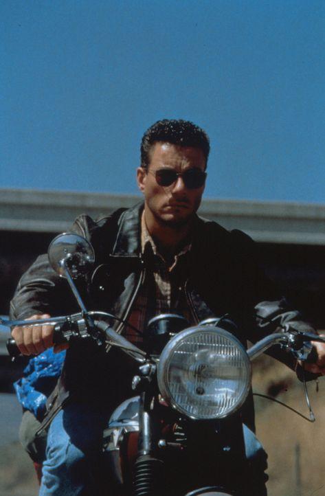 Der entflohene Sträfling Sam Gillen (Jean-Claude van Damme) nimmt den Kampf gegen skrupellose Immobilienhaie auf ... - Bildquelle: Columbia Pictures Corporation