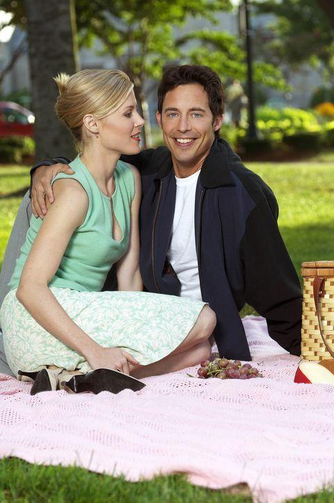 Endlich kommen sich Ed (Tom Cavanagh, r.) und Carol (Julie Bowen, l.) näher ... - Bildquelle: Paramount