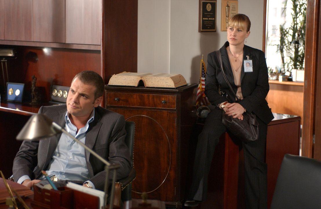 Allison (Patricia Arquette, r.) und Det. Lee Scanlon (David Cubitt, l.) verhören einen Mann, der vermutlich ein Mädchen überfahren und dann Fahrerfl... - Bildquelle: Paramount Network Television