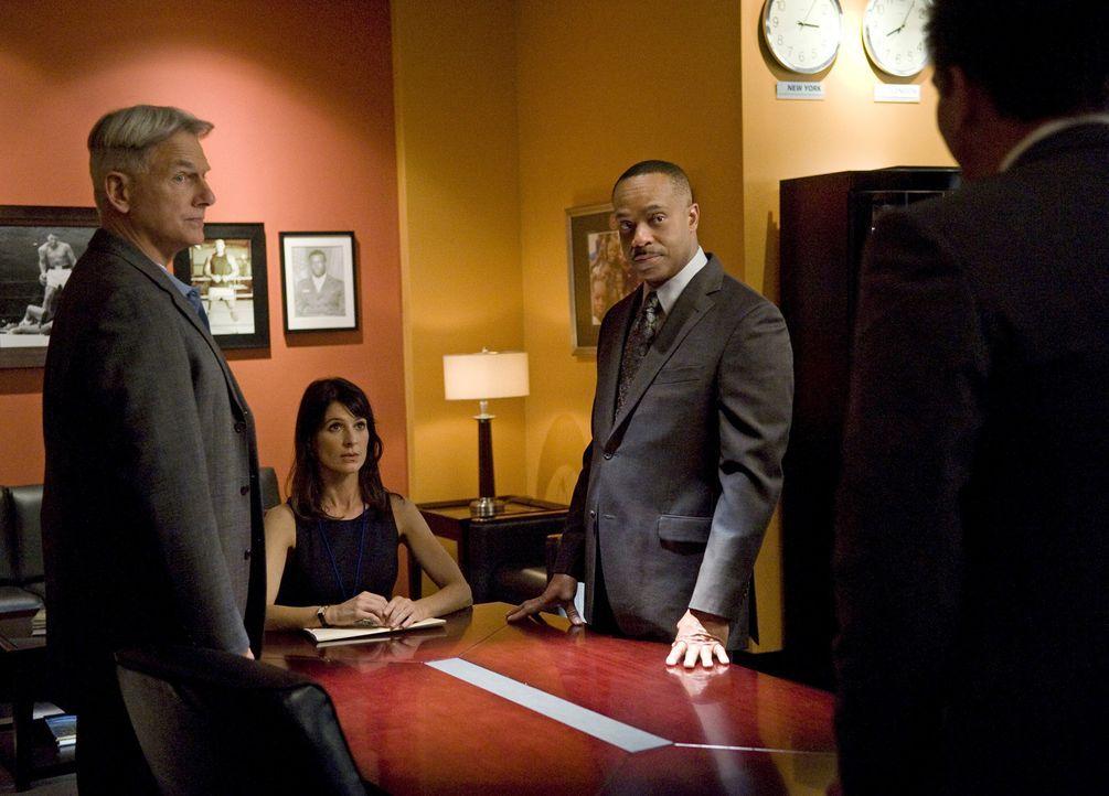 Bei den Ermittlungen in einem neuen Fall werden Gibbs (Mark Harmon, l.), Vance (Rocky Carroll, 2.v.r.) und das restliche Team von der Journalistin W... - Bildquelle: 2012 CBS Broadcasting Inc. All Rights Reserved.