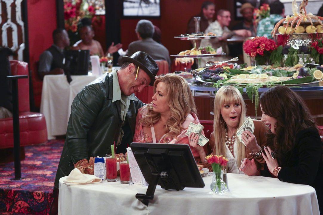 Sophies (Jennifer Coolidge, 2.v.r.) neuer Lover Nicky (Peter Onorati, l.) ist ein großer Fan von Pferderennen - und sehr großzügig: Er gibt Caroline... - Bildquelle: Warner Bros. Television