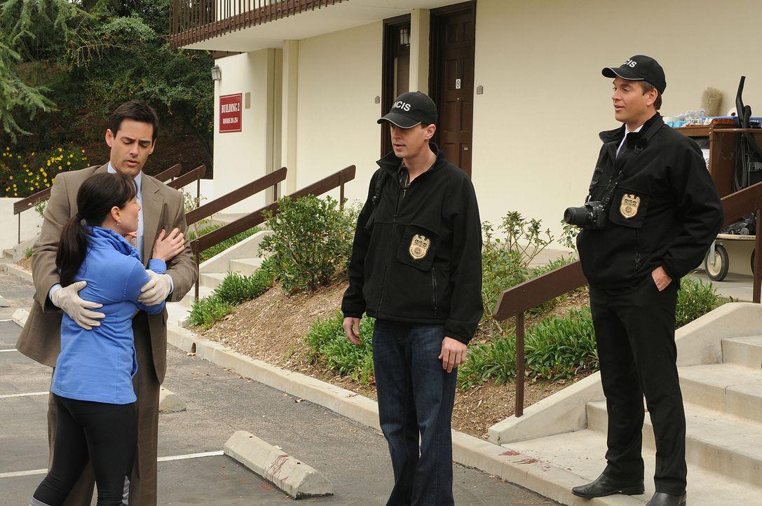 Der Navy Lieutenant Justin Moss wird ermordet aufgefunden. McGee (Sean Murray, 2.v.r.) und DiNozzo (Michael Weatherly, r.) fahren zum Tatort und tre... - Bildquelle: CBS Television