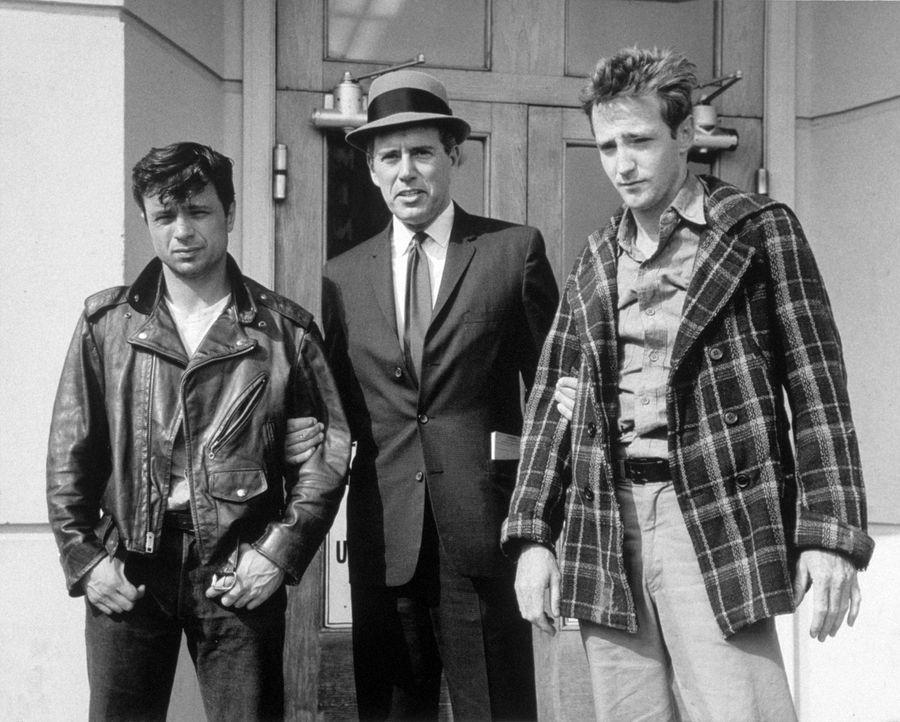 Alvin Dewey (John Forsythe, M.) bringt die beiden skrupellosen Mörder Perry Smith (Robert Blake, l.) und Dick Hickock (Scott Wilson, r.) hinter Git... - Bildquelle: 1967, renewed 1995 Pax Enterprises, Inc. All Rights Reserved.