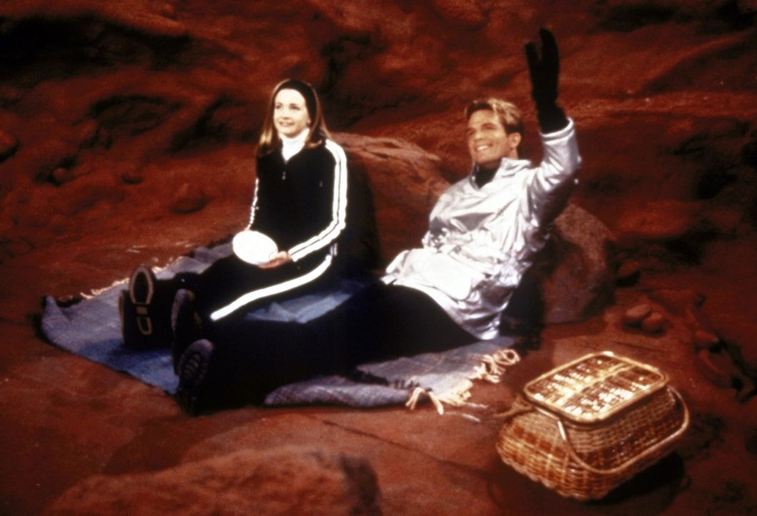 Sabrina (Melissa Joan Hart, l.) trifft beim Skifahren auf dem Mars den Skilehrer Doug (David Chokachi, r.) - und Harvey ist erst einmal vergessen. - Bildquelle: Paramount Pictures