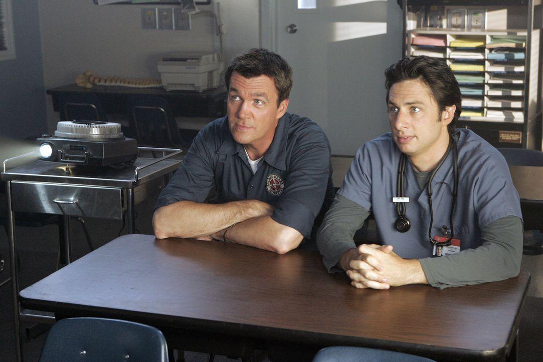 Der Hausmeister (Neil Flynn, l.) fordert J.D. (Zach Braff, r.) zu einer Wette heraus, weil er die Namen seiner Kollegen noch immer nicht kennt ... - Bildquelle: Touchstone Television