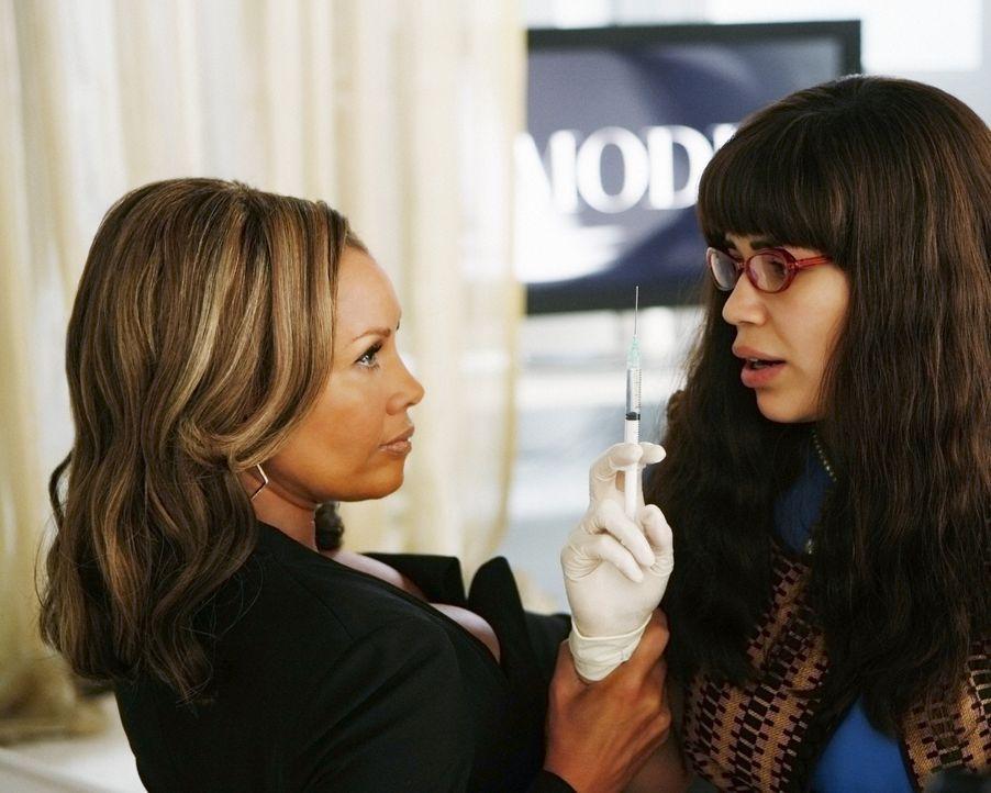 Wider Wilhelminas (Vanessa Williams, l.) Erwarten, scheint Betty (America Ferrera, r.) als ihre rechte Hand durchaus geeignet zu sein ... - Bildquelle: 2008   ABC Studios
