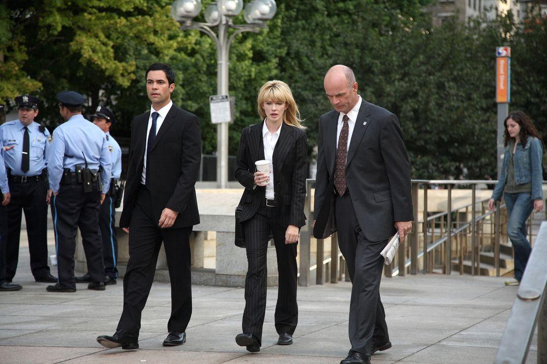 Kommen sie dem Täter auf die Spur? Scott (Danny Pino, l.), Lilly (Kathryn Morris, M.) und John (John Finn, r.) ... - Bildquelle: Warner Bros. Television