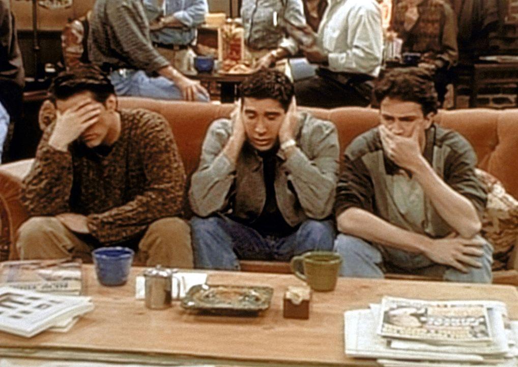 (v.l.n.r.) Joey (Matt LeBlanc), Ross (David Schwimmer) und Chandler (Matthew Perry) überlegen, was man tun könnte, damit Ross seinen Affen Marcel... - Bildquelle: TM+  2000 WARNER BROS.