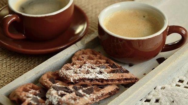 Kaffee und Herzwaffeln