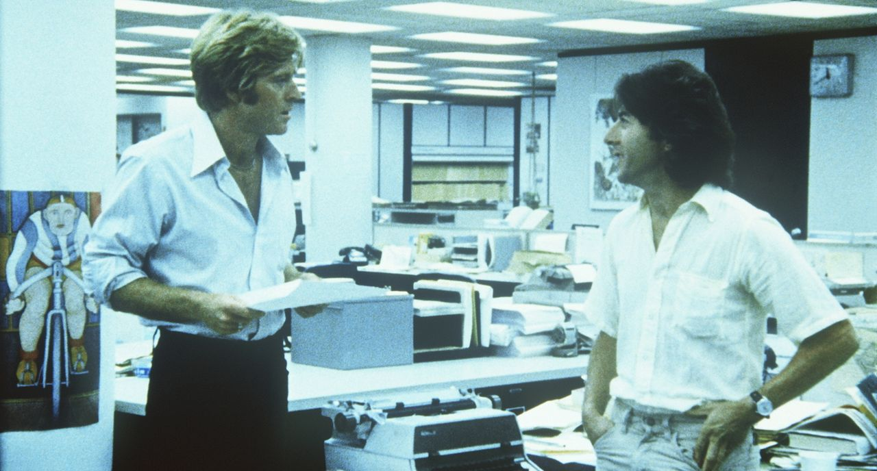 Die beiden Reporter von der Washington Post, Carl Bernstein (Dustin Hoffman, r.) und Bob Woodward (Robert Redford, l.), rekonstruieren nach zweijähr... - Bildquelle: Warner Bros.