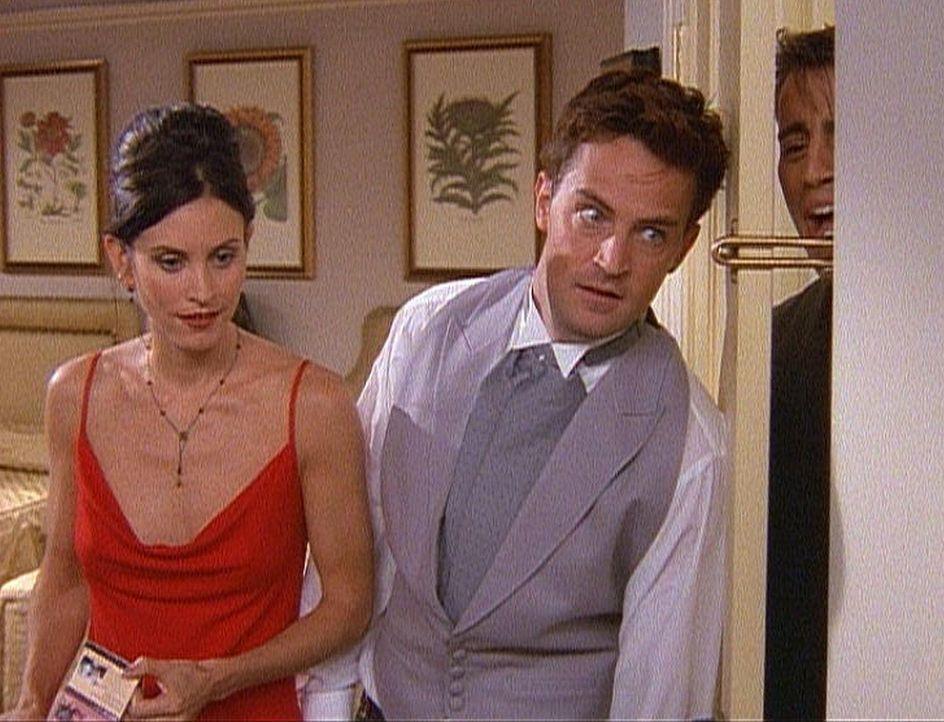 Monica (Courteney Cox, l.) und Chandler (Matthew Perry, M.) haben sich zu einem Schäferstündchen zurückgezogen, aber Joey (Matt LeBlanc) platzt h... - Bildquelle: TM+  2000 WARNER BROS.