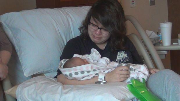 Eltern gesucht! - Alexa ist gerührt, als sie ihr Baby in den Händen hält und...