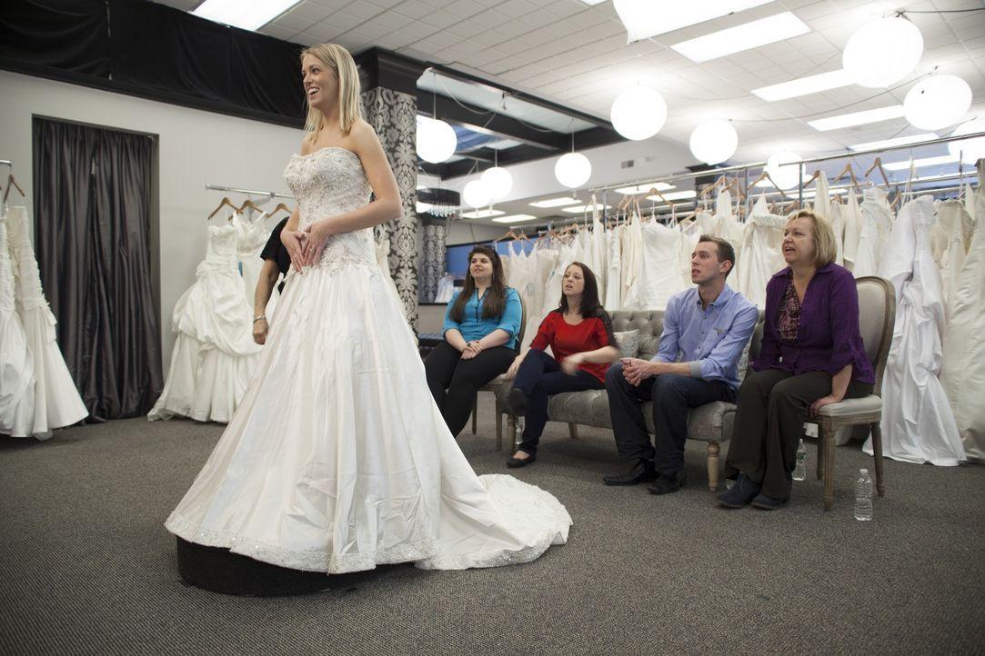Jenna Prechtl (l.) muss auf den Preis achten. Findet sie trotzdem ihr perfektes Kleid? - Bildquelle: TLC