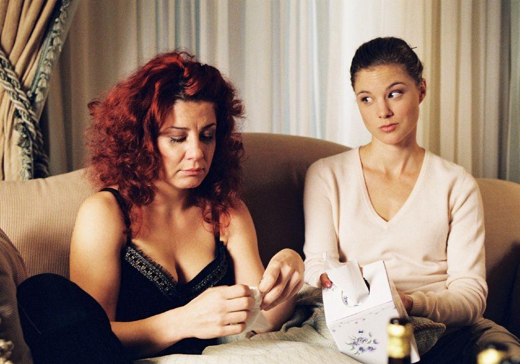 Nora (Anita Matija, l.) hat sich verliebt, doch Wolfen ist verheiratet. Jessica (Cordelia Wege, r.) versucht ihre Freundin zu trösten. - Bildquelle: Sat.1