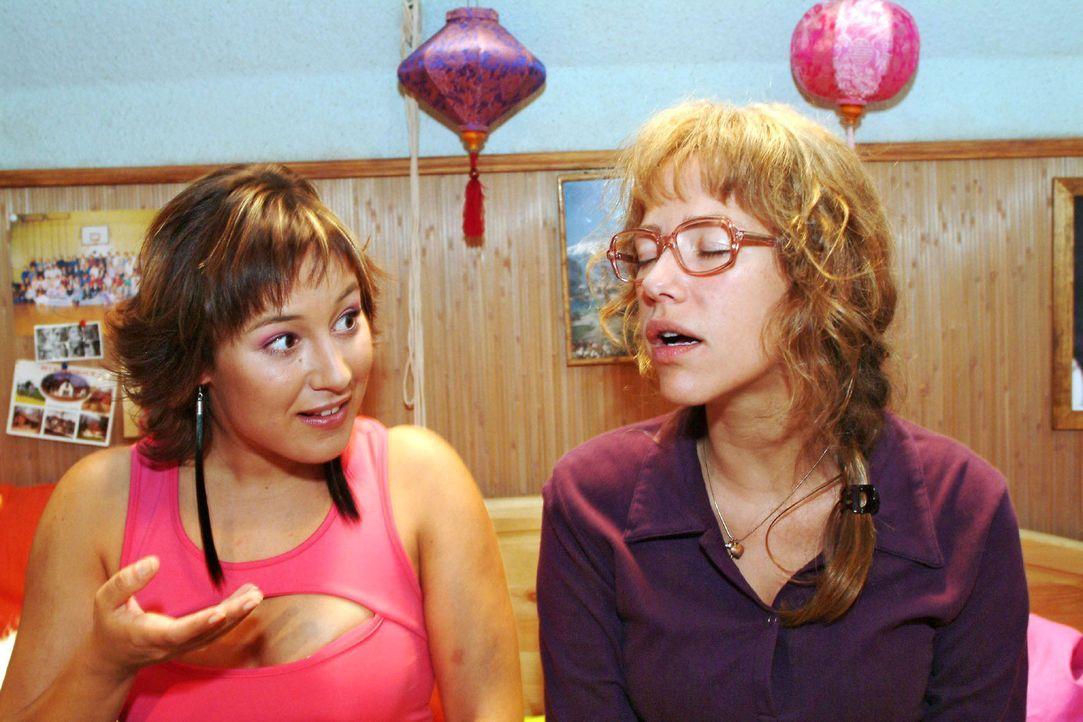 Lisa (Alexandra Neldel, r.) nimmt pikante Nachhilfestunden bei Yvonne (Bärbel Schleker, l.) ... (Dieses Foto von Alexandra Neldel darf nur in Zusam... - Bildquelle: Monika Schürle Sat.1