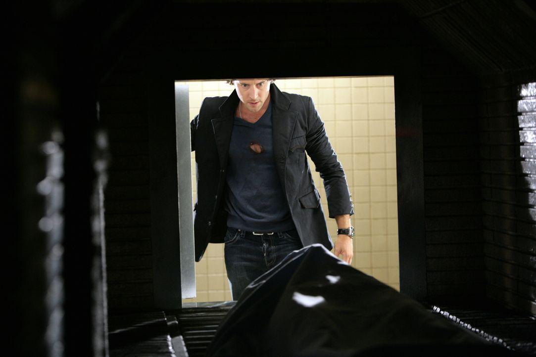 In seinem neuen Fall deutet alles darauf hin, dass der Mörder ein erst kürzlich verwandelter Vampir ist. Mick (Alex O'Loughlin) versucht verzweifelt... - Bildquelle: Warner Brothers