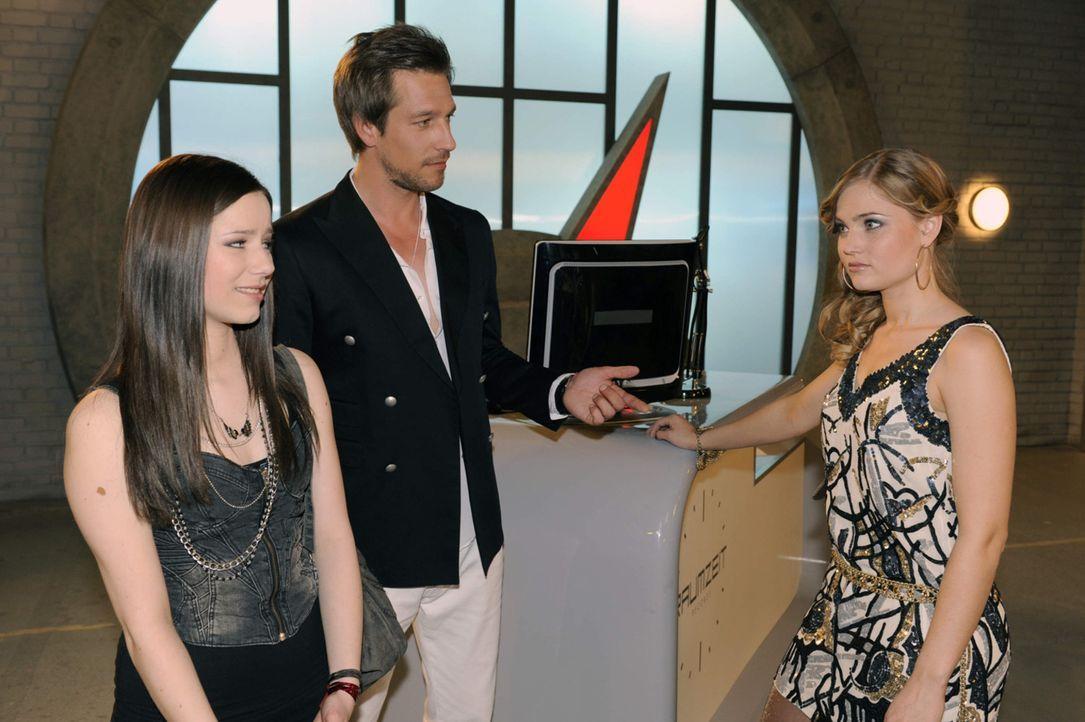 Im Plattenlabel muss sich Luzi (Selina Müller, l.) auf ihren ersten Auftritt vorbereiten. Frank (Hendrik Borgmann, M.) stellt ihr Caro (Sonja Bertr... - Bildquelle: SAT.1