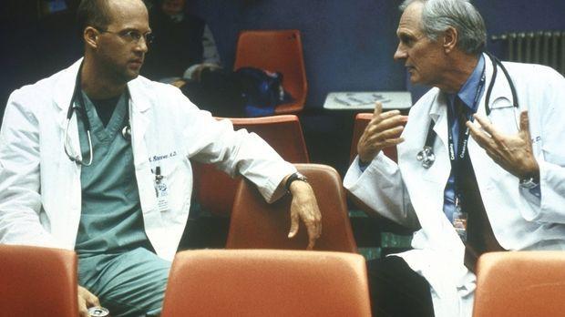 Dr. Greene (Anthony Edwards, l.) versucht, seinen Kollegen Dr. Lawrence (Alan...