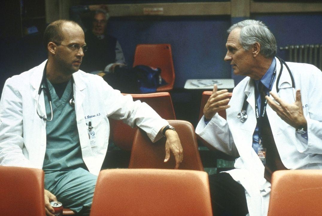 Dr. Greene (Anthony Edwards, l.) versucht, seinen Kollegen Dr. Lawrence (Alan Alda, r.) zu bremsen, der dem Vater eines Selbstmörders schwere Vorwür... - Bildquelle: TM+  2000 WARNER BROS.