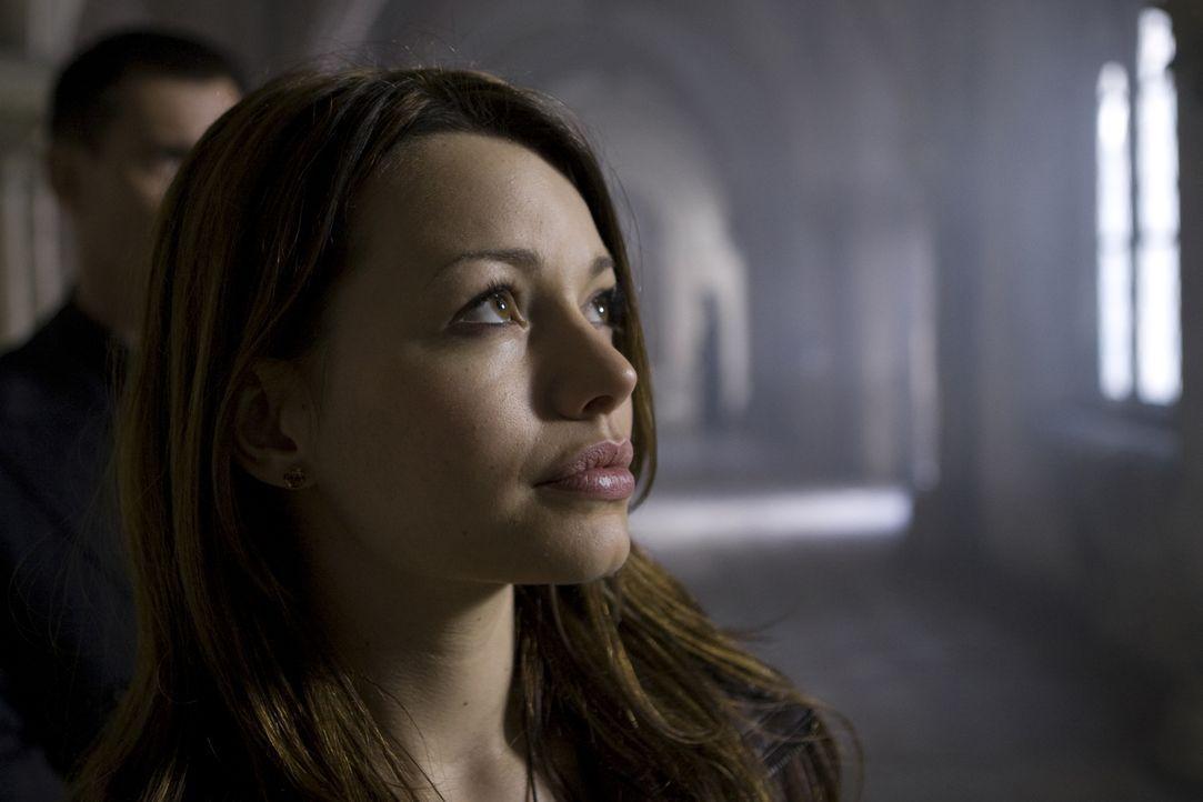 Noch bevor sie die Tragweite ihrer Bestimmung erfasst hat, versuchen dunkle Kräfte sie umzubringen. Doch Johanna (Cosma Shiva Hagen) hat geheimnisvo... - Bildquelle: Olaf R. Benold ProSieben