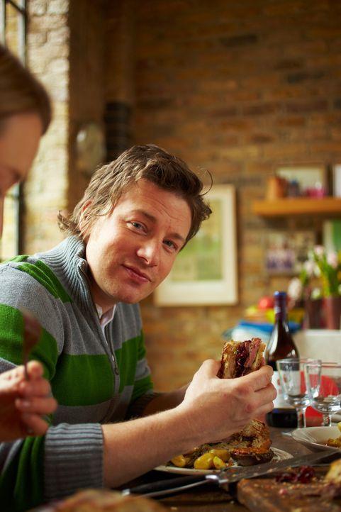 Ein wirklich herzhaftes und umfangreiches Menü wird dieses Mal von Jamie Oliver präsentiert, das natürlich wieder in 30 Minuten nachgekocht werde... - Bildquelle: David Loftus 2009