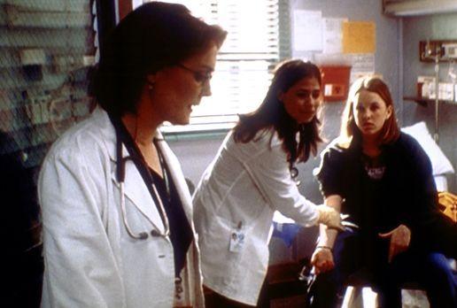 Emergency Room - Abby (Maura Tierney, M.) bereitet bei der minderjährigen Jes...