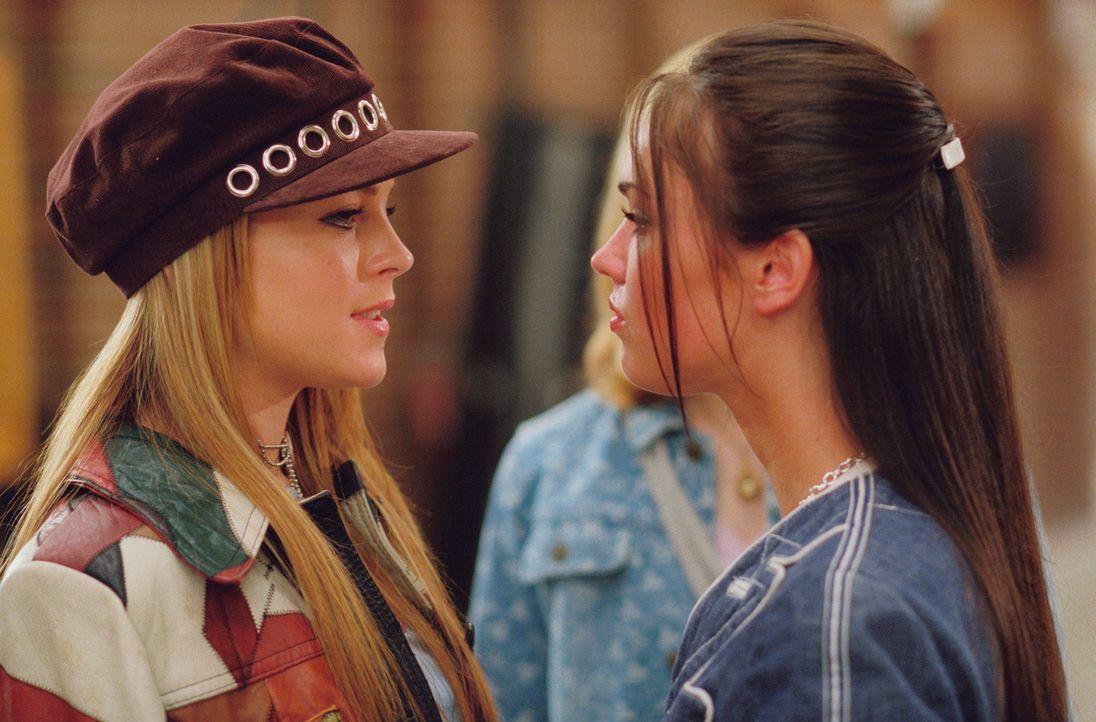An ihrer neuen Schule ist bisher Carla Santini (Megan Fox, r.) das beliebteste aller Mädchen. Eine Rolle, die Lola (Lindsay Lohan, l.) gerne für s... - Bildquelle: MMIV ARGENTUM FILM PRODUKTION GmbH & CO. BETRIEBS KG.  All rights reserved