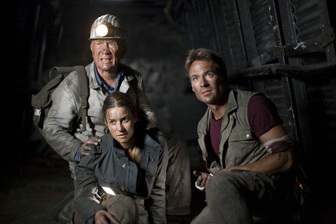 In den verlassenen Stollen des Bergwerks versuchen (v.l.n.r.) Horst (Christian Grashof), Nina (Liane Forestieri) und Thomas (Marco Girnth), die Stad... - Bildquelle: Guido Engels ProSieben