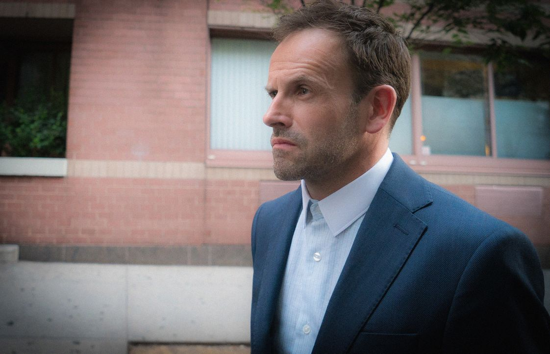 Er muss sich mit den rechtlichen und emotionalen Konsequenzen seines jüngsten Rückfalls auseinandersetzen: Holmes (Jonny Lee Miller) ... - Bildquelle: Ali Goldstein 2015 CBS Broadcasting, Inc. All Rights Reserved