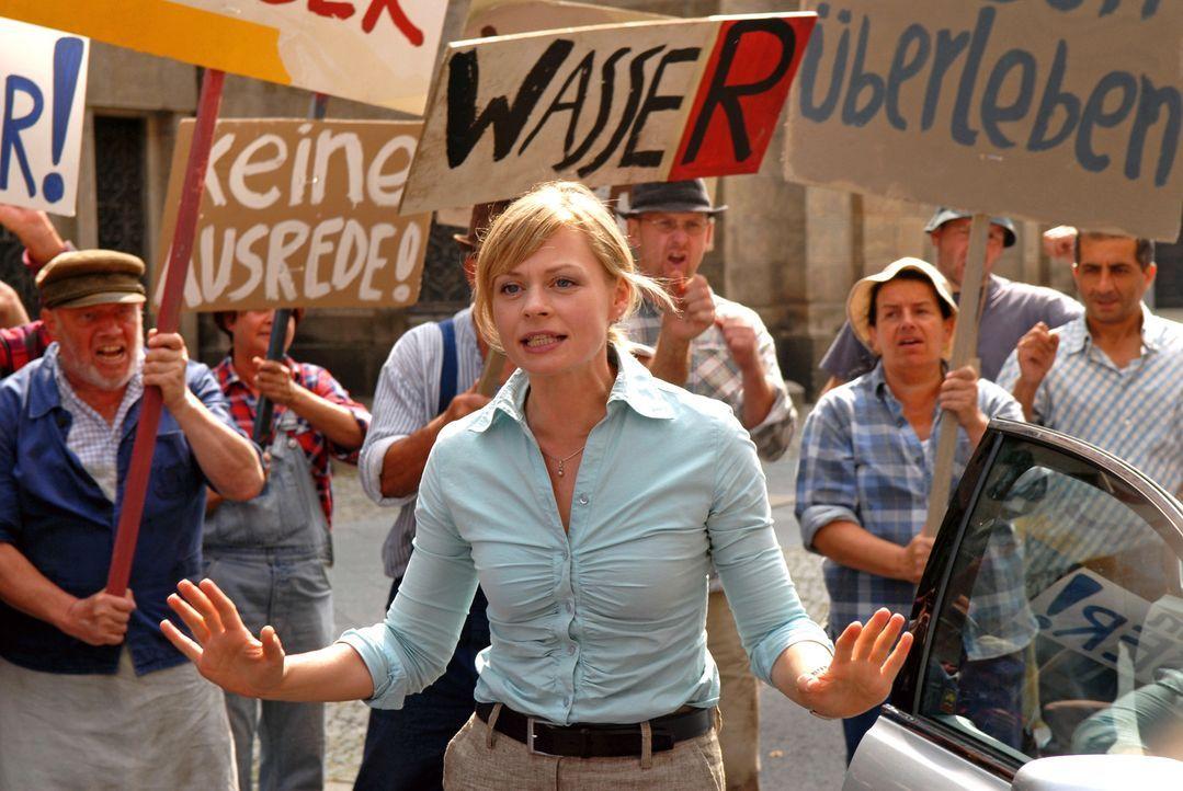 Martina Fechner (Susanna Simon, M.) versucht, die aufgebrachten Bauern zu beruhigen. Doch die Wasserknappheit wird zur Existenzbedrohung ... - Bildquelle: Sat.1