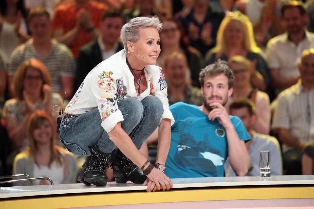 """Voller Körpereinsatz bei """"Genial daneben"""" : Moderatorin Sonja Zietlow ... - Bildquelle: Frank Hempel SAT.1"""