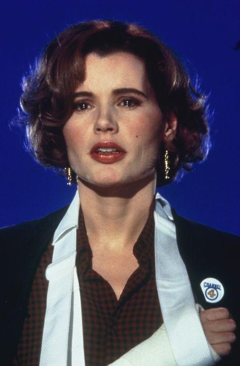Bei einem Flugzeugabsturz wird die Reporterin Gale (Geena Davis) von einem Unbekannten gerettet. Der verschwundene Held wird gesucht und ihr Sender... - Bildquelle: 1992 Columbia Pictures Industries, Inc. All Rights Reserved.