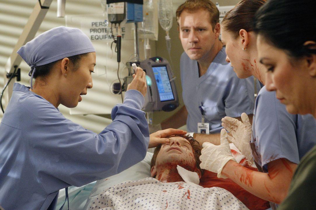Es geht um Leben und Tod: Cristina (Sandra Oh, l.), Lexie (Chyler Leigh, 2.v.r.) und Nick (Seth Green, liegend) ... - Bildquelle: Touchstone Television