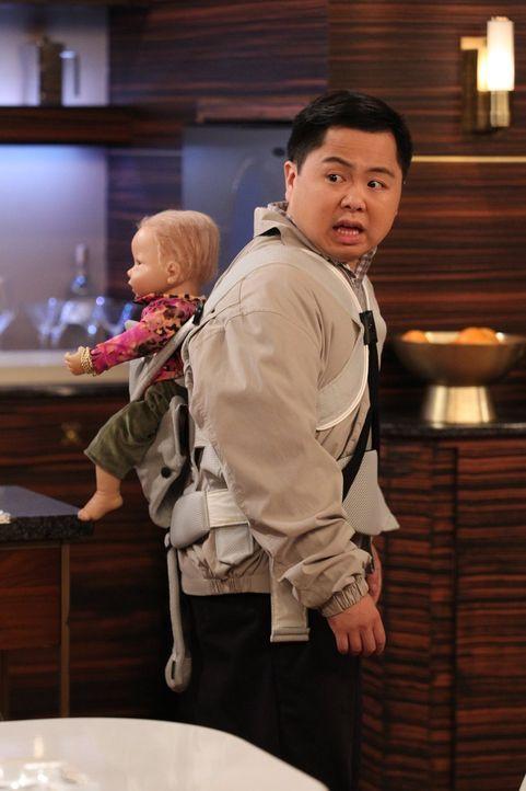Han (Matthew Moy) darf Babysitter spielen, als sich Sofi und Oleg eine Baby-Puppe zum Üben fürs Elternsein suchen ... - Bildquelle: Warner Brothers