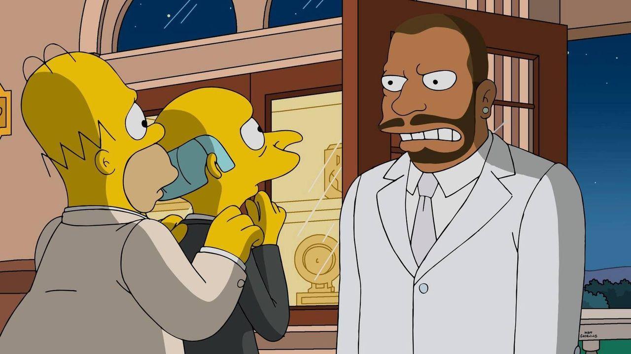 Nachdem Mr. Burns (M.) sich von einem Musikmogul (r.) hat bescheißen lassen und Bankrott ist, bleibt ihm nichts anderes übrig, als Homer (l.) um Hil... - Bildquelle: 2016-2017 Fox and its related entities. All rights reserved.