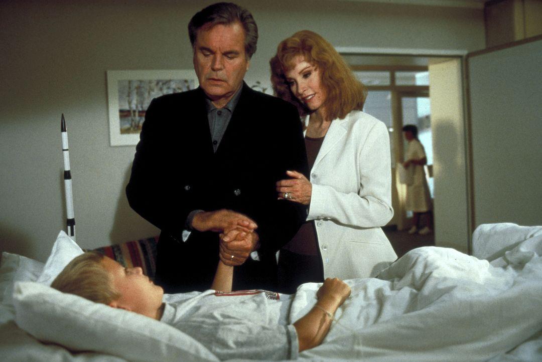 Jennifer (Stefanie Powers, r.) und ihr Mann Jonathan (Robert Wagner, M.) besuchen in der Klinik den Leukämie erkranken Maximilian, für den schon mon... - Bildquelle: Columbia Pictures