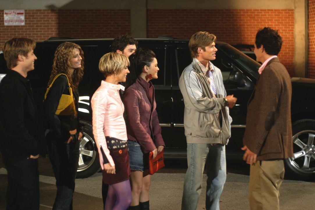 Oliver (Taylor Handley, r.) lädt Ryan (Benjamin McKenzie, l.), Marissa (Mischa Barton, 2.v.l.), Anna (Samaire Armstrong, 3.v.l.), Seth (Adam Brody,... - Bildquelle: Warner Bros. Television