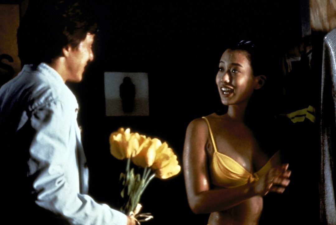 Als Supercop Jackie (Jackie Chan, l.) die Kontaktperson Annie (Chen Chun Wu, r.) aufspürt, kommt er einer gefährlichen Verschwörung auf die Spur. ..... - Bildquelle: New Line Cinema