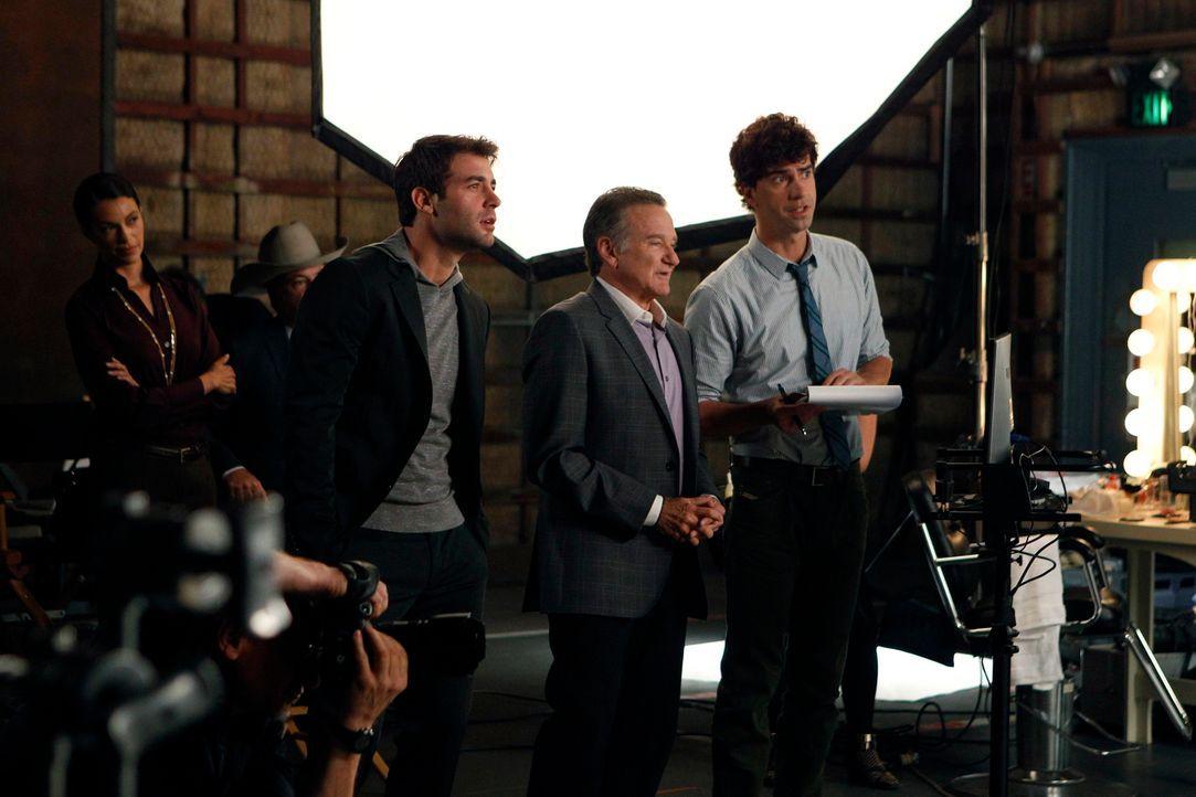 Kämpfen um die Gunst von Simon (Robin Williams, M.): Andrew (Hamish Linklater, l.) und Zach (James Wolk, r.) ... - Bildquelle: 2013 Twentieth Century Fox Film Corporation. All rights reserved.