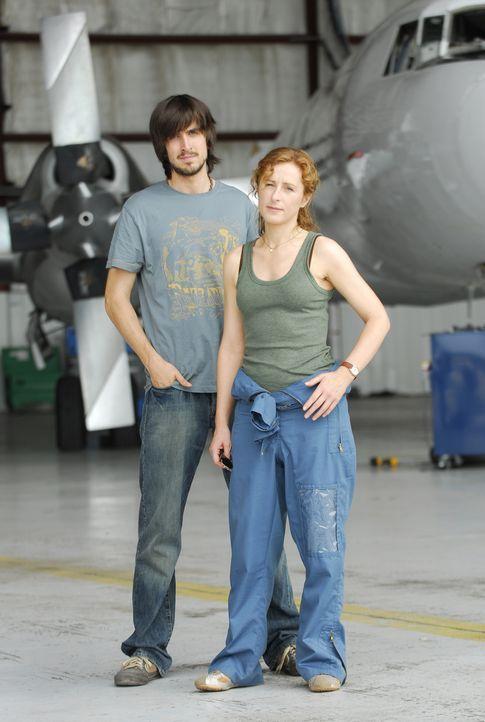 Sarah Hughes (Nicola Stephenson, r.) und Ralph DeWitt (Nicolas Wright, l.) versuchen, das Unmögliche möglich zu machen ... - Bildquelle: BBC