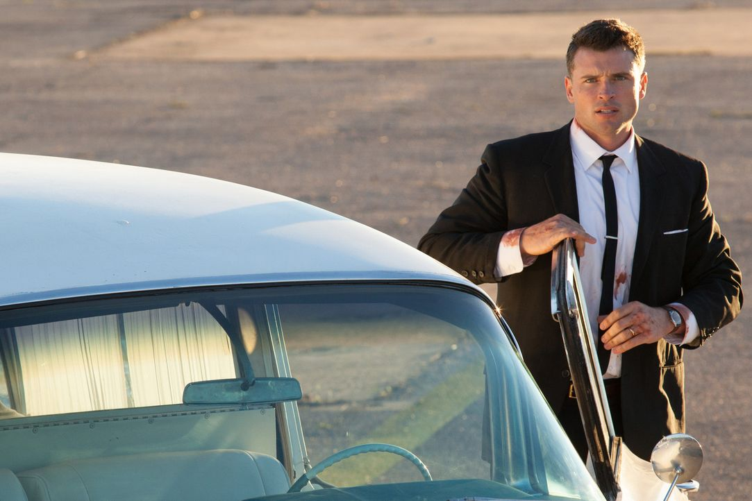 Auch U.S. Secret Service Agent Roy Kellerman (Tom Welling) kann das Attentat nicht verhindern, obwohl er im Auto des Präsidenten mitfährt ... - Bildquelle: Claire Folger 2013 WALLEYE PRODUCTIONS, LLC ALL RIGHTS RESERVED.