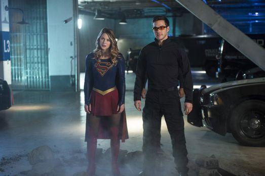 Supergirl (Melissa Benoist, l.) und Mon-El (Chris Wood, r.) müssen die ausgeb...
