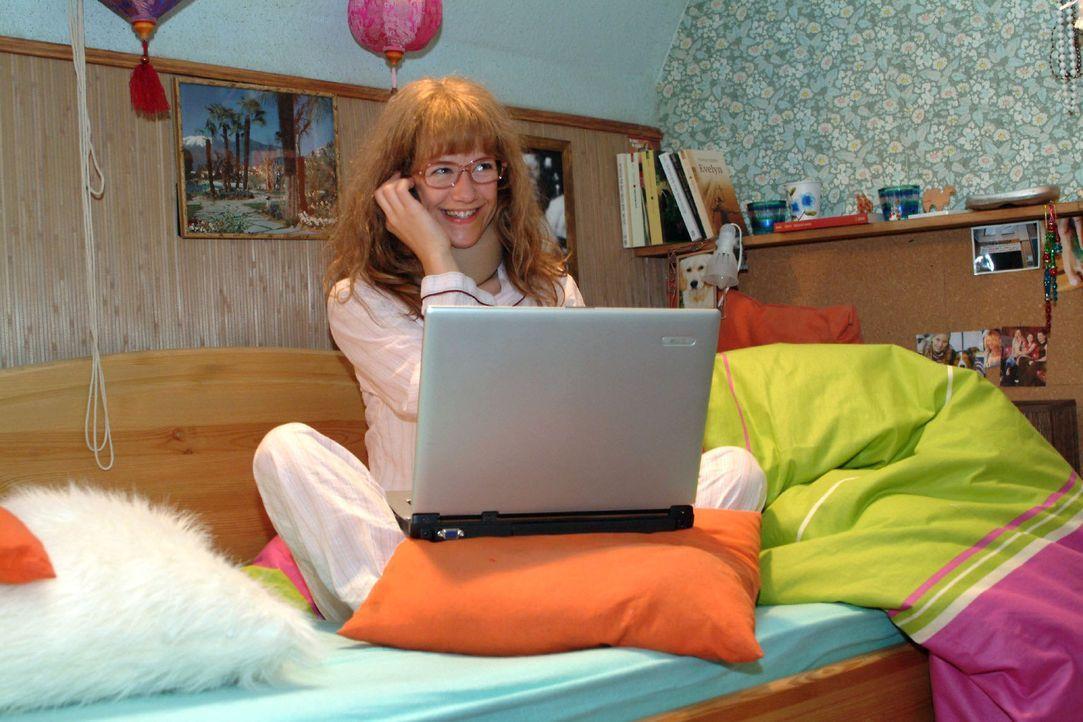 Lisa (Alexandra Neldel) kann es nicht lassen - und arbeitet schon wieder. (Dieses Foto von Alexandra Neldel darf nur in Zusammenhang mit der Bericht... - Bildquelle: Monika Schürle Sat.1