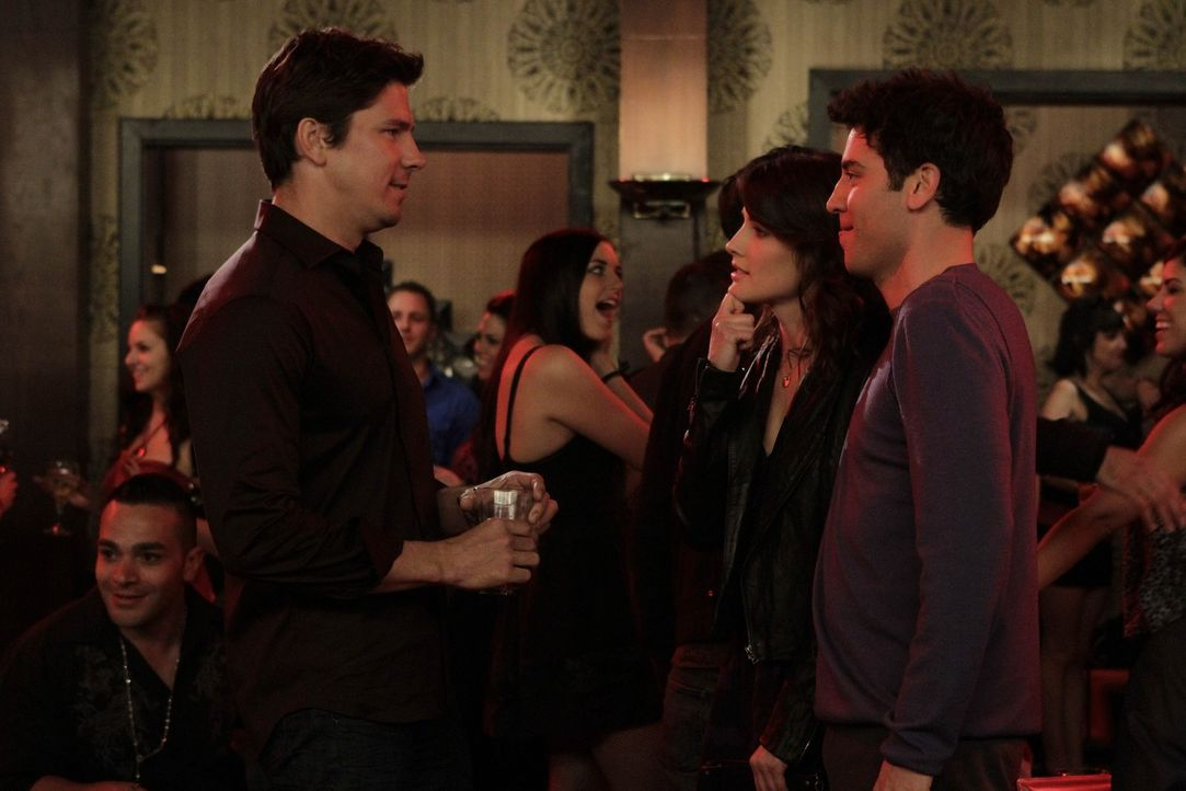 Während Barney und sein Vater Jerry, sich besser kennenlernen möchten, trifft Robin (Cobie Smulders, 2.v.r.) einen Mann (Michael Trucco, l.), auf... - Bildquelle: 20th Century Fox International Television